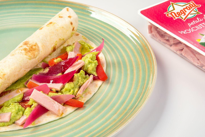 Burrito con guacamole, petali di prosciutto cotto e peperoni