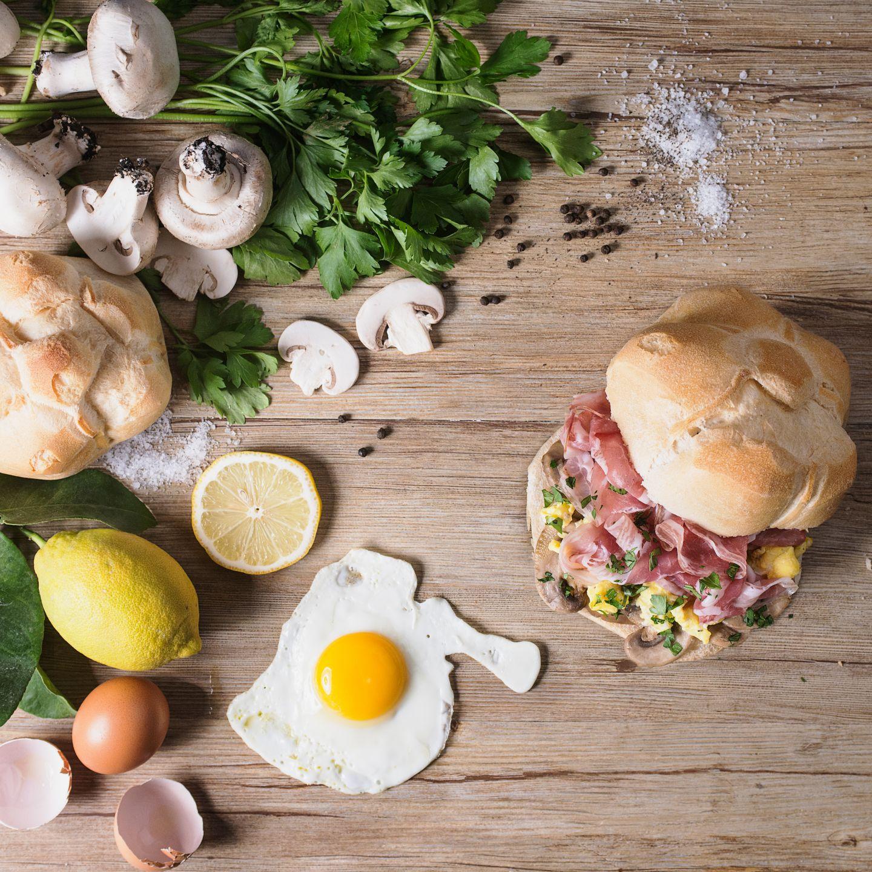 Michetta con pancetta, funghi uovo