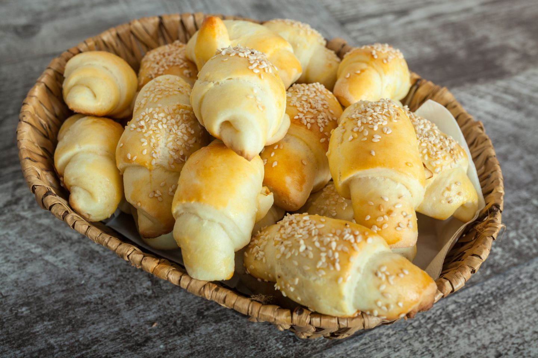 Cornetti salati di pasta sfoglia con prosciutto cotto e scamorza