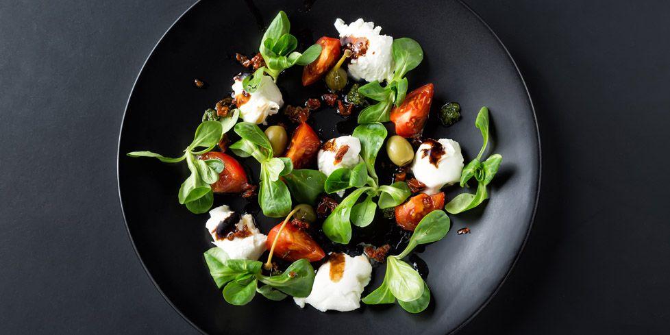Insalata di primavera con petto di tacchino e pomodori