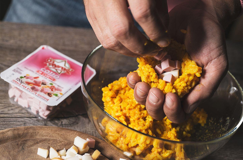 Polpette di riso allo zafferano con provola e cubetti di cotto_