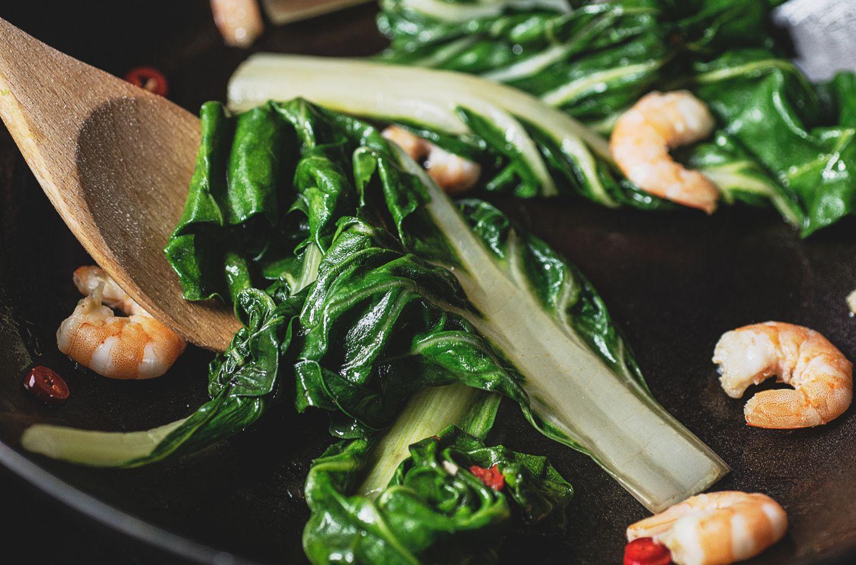 Salade froide de blettes sautées à la poêle aux dés de jambon cuit et aux crevettes