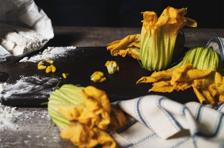 Frittierte Kürbisblüten mit Scamorza-Käse und gekochtem Schinken gefüllt
