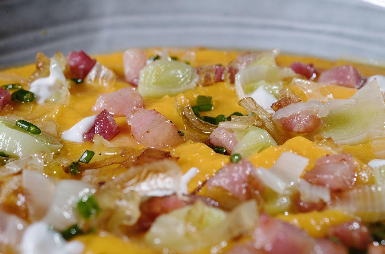 Zuppa di zucca con cubetti di pancetta e porri_