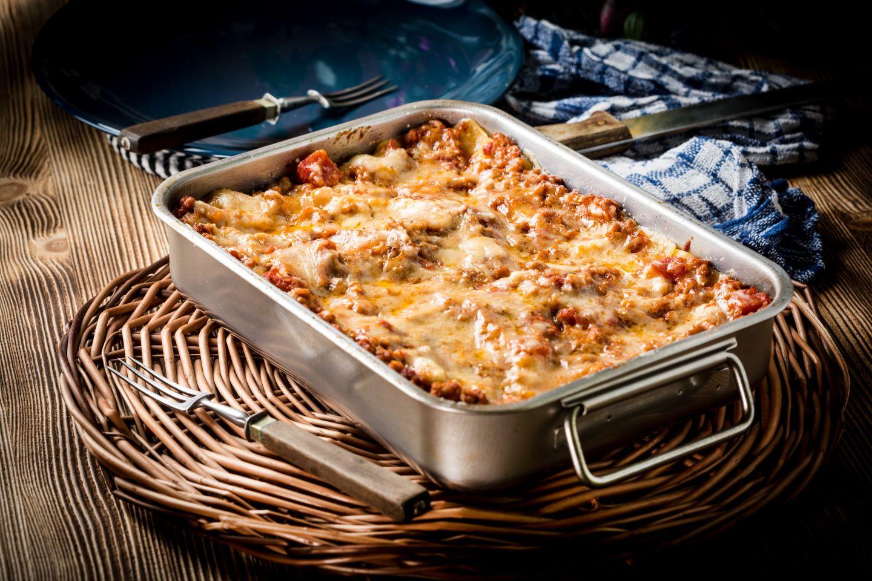 Lasagna fatta in casa: la ricetta facile con ragù e prosciutto cotto