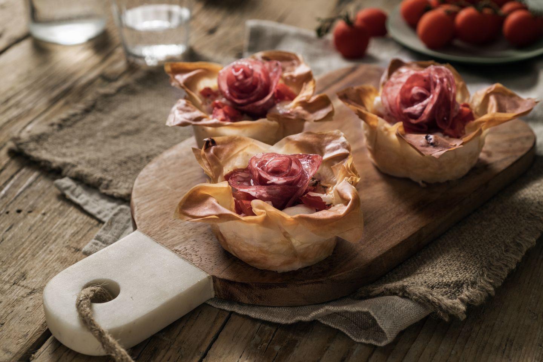 Mini torte salate con pomodori, scamorza affumicata e Negronetto