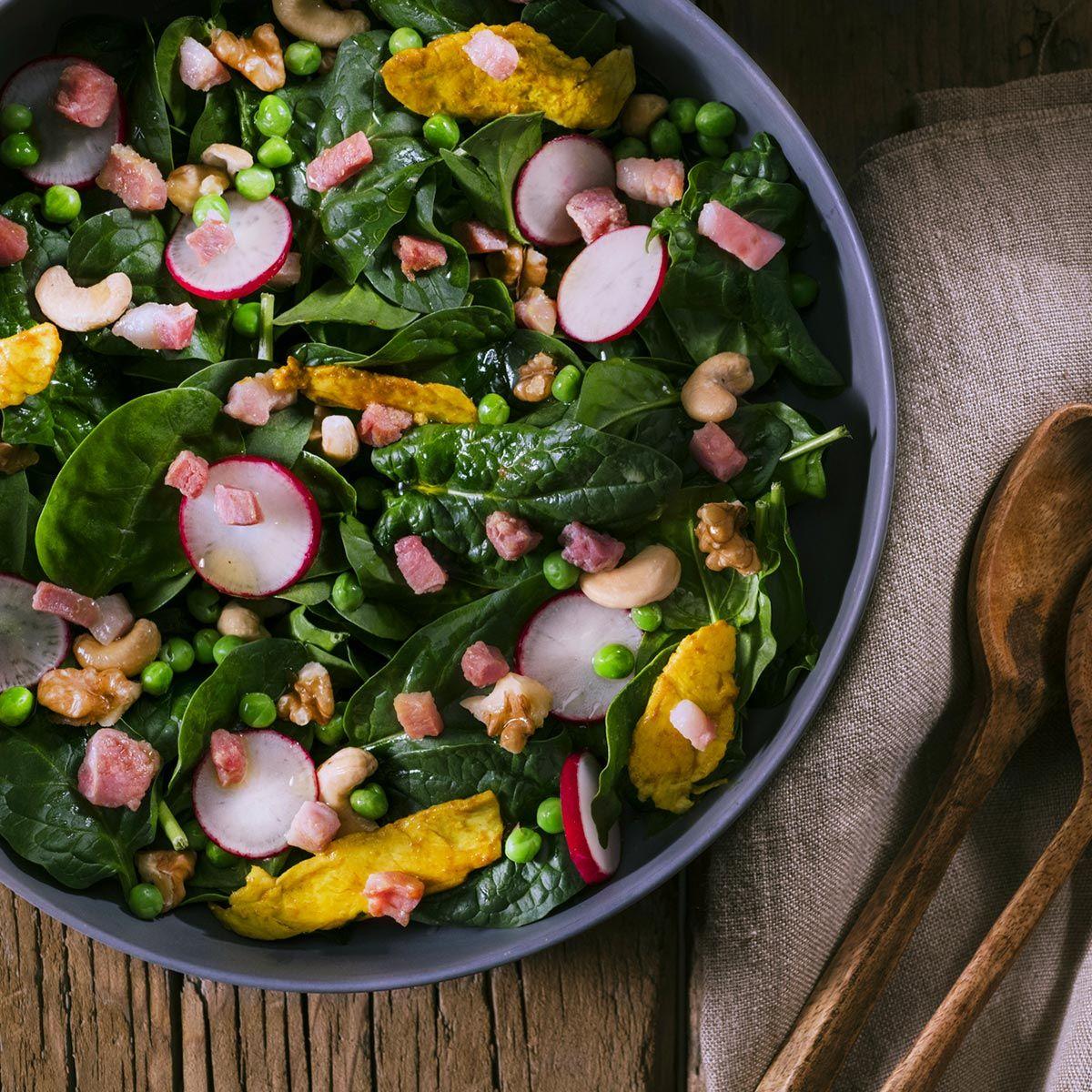 Insalata di primavera con cubetti di pancetta e sottilissime di pollo