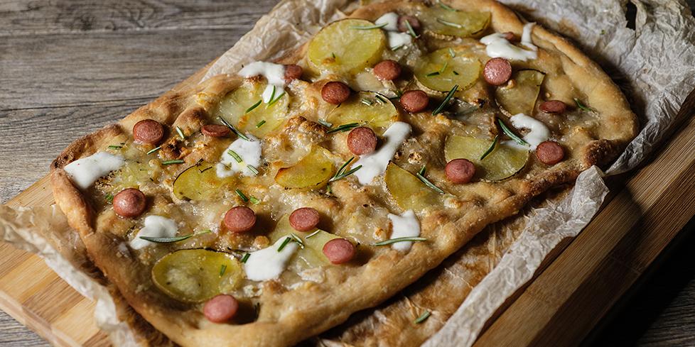 Pizza bianca con wurstel, patate e rosmarino la ricetta