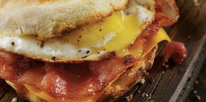 Toast con bacon e uovo