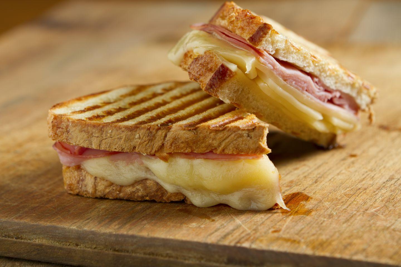 Toast con prosciutto cotto, formaggio filante e maionese