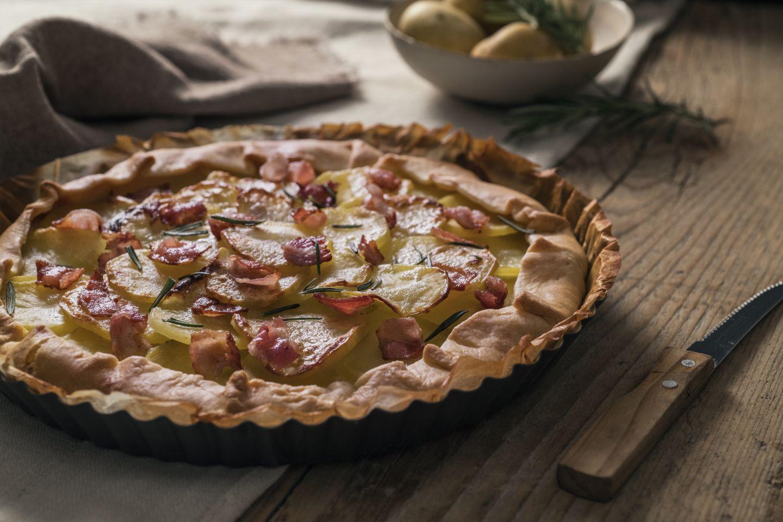 Torta salata con pasta brisè, patate e petali di bacon croccanti