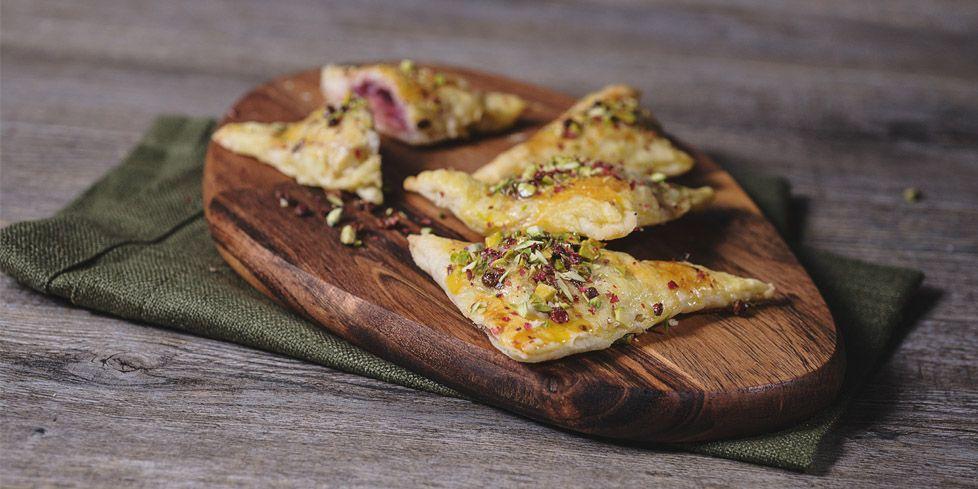 Petits triangles de pâte feuilletée farcis à la mortadelleauxpistaches et de poivre