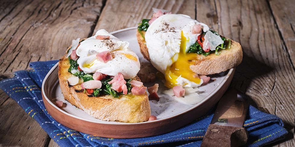 Uovo in camicia su crostone di pane, pancetta e pecorino